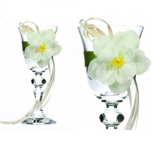 Glas pyntet med bånd og blomster